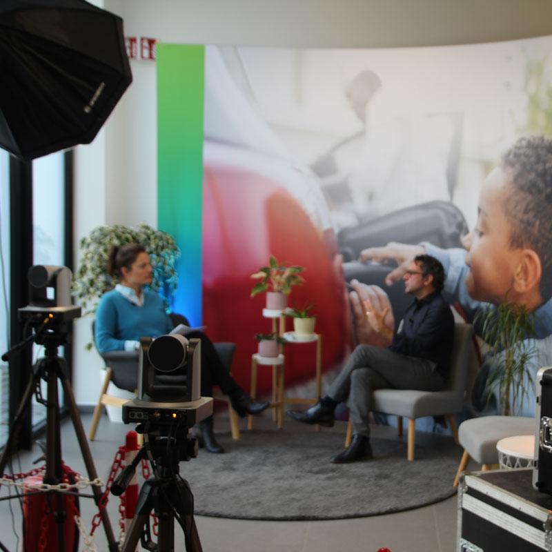 Umicore is trots op het nieuwe Proces Competentie Centrum (PCC) in Olen. Push To Talk realiseerde een feestelijke digitale live inhuldiging. Met een livestream vanuit Seoel, interviews, reportages en verhalen van trotse medewerkers uit Olen konden de collega's uit heel Europa deze stap naar een duurzame toekomst mee beleven.