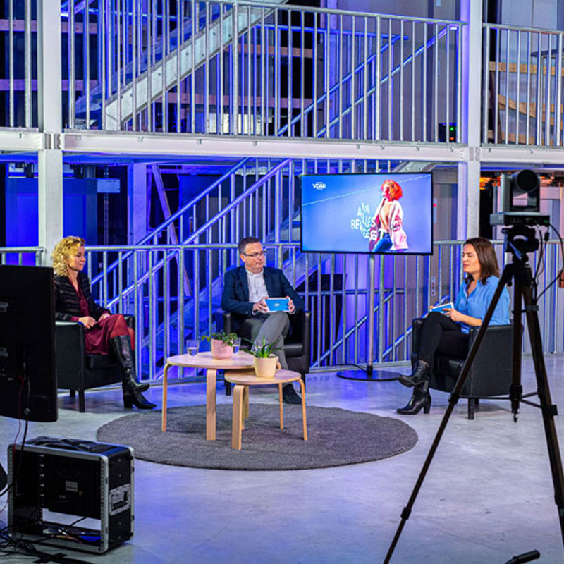 How do we keep the Brussels labour market moving during the COVID-19 pandemic? That was the key question at VDAB Brussels's live online partner day. Push To Talk created a television studio in the Technicity Brussels lift atelier and engaged Dorien Leyers as a professional live interviewer. VDAB got its partners moving for training and work with a fascinating livestream of conversations, chats, and reports.